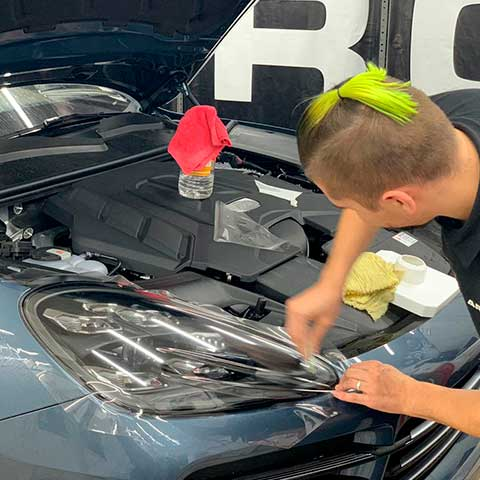 Бронирование фар автомобиля плёнкой Люмар